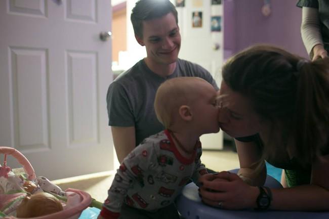 Bộ ảnh bà mẹ mang thai đôi sinh con tại nhà đẹp đến từng khoảnh khắc - Ảnh 4.