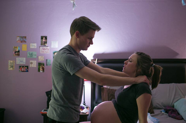 Bộ ảnh bà mẹ mang thai đôi sinh con tại nhà đẹp đến từng khoảnh khắc - Ảnh 5.