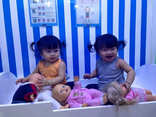 Hai bé song sinh cực đáng yêu với nụ cười happy smile đốn tim bất cứ ai - Ảnh 15.