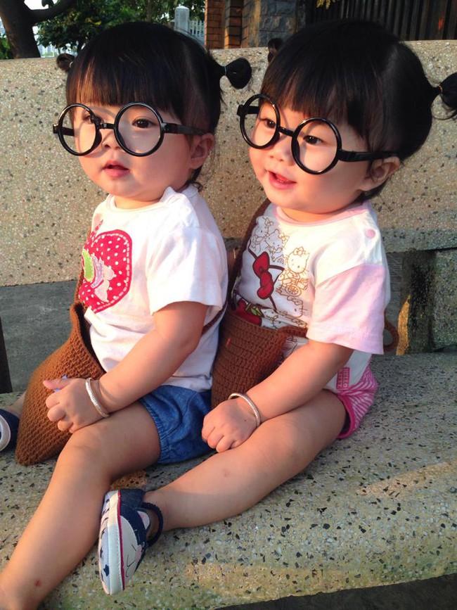 Hai bé song sinh cực đáng yêu với nụ cười happy smile đốn tim bất cứ ai - Ảnh 2.