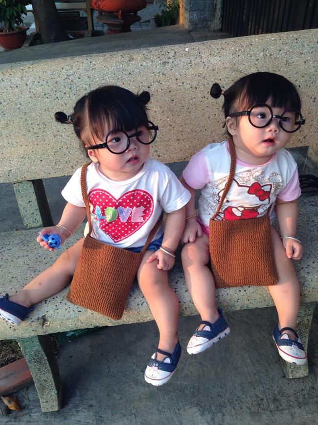 Hai bé song sinh cực đáng yêu với nụ cười happy smile đốn tim bất cứ ai - Ảnh 1.