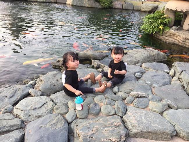 Hai bé song sinh cực đáng yêu với nụ cười happy smile đốn tim bất cứ ai - Ảnh 9.