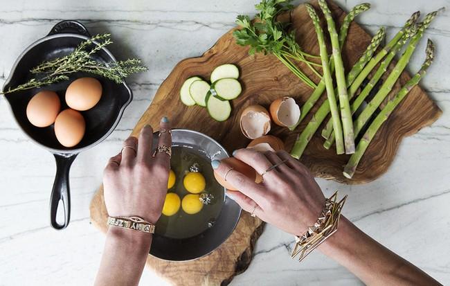 6 thực phẩm quen thuộc hàng ngày các bác sĩ da liễu khuyên bạn nên dùng để tốt cho da - Ảnh 1.