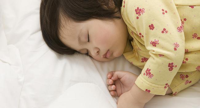 Chỉ một chút thay đổi quy tắc, bà mẹ này đã giúp con đi ngủ dễ dàng mà không cần giục giã - Ảnh 3.
