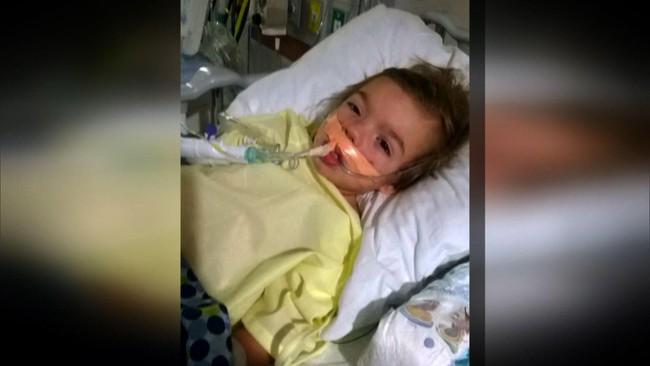 Bé trai 3 tuổi bị liệt sau một đêm thức dậy, cả gia đình suýt ngất khi biết nguyên nhân - Ảnh 2.