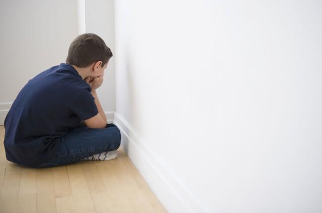 Cách phạt con hại nhiều hơn lợi nhưng đa số các bố mẹ nghĩ là đúng - Ảnh 1.