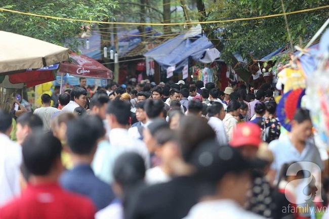 Trước ngày khai hội Đền Hùng, lượng người về không đông như dự đoán - Ảnh 4.