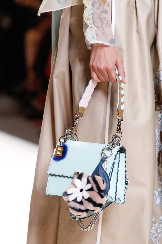 6 lý do sẽ khiến bạn bớt chần chừ mà sắm ngay một chiếc túi mini nhỏ xinh cho hè này - Ảnh 3.