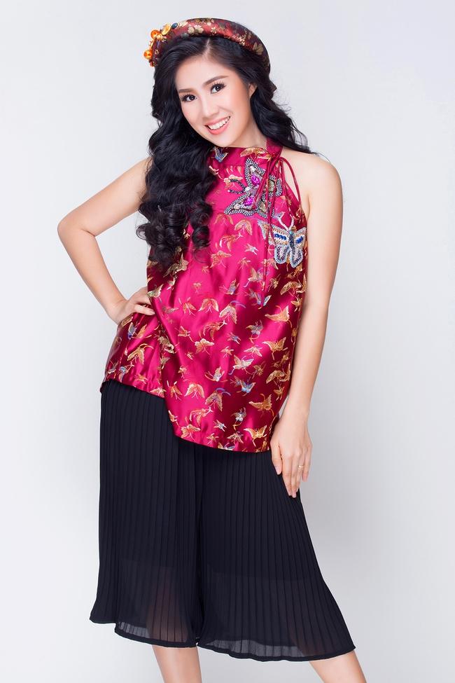 Mẹ một con Lê Phương tươi trẻ, khoe vai trần với váy yếm đỏ rực - Ảnh 4.