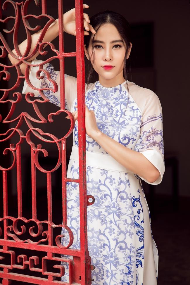 Hoa khôi Nam Em khoe vóc dáng nuột nà trong áo dài truyền thống - Ảnh 10.