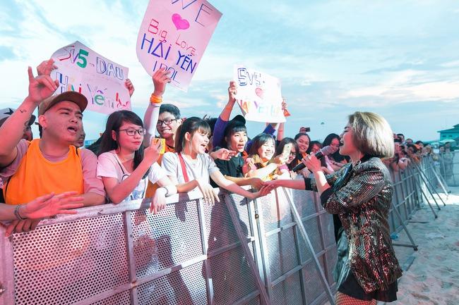 Hải Yến Idol mướt mồ hôi, quậy tưng cùng hàng ngàn sinh viên - Ảnh 5.