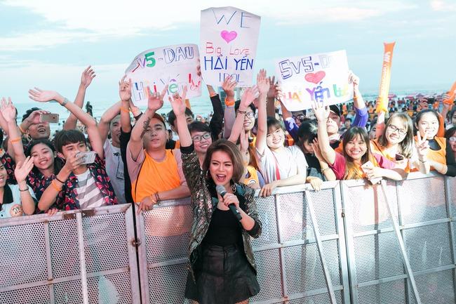 Hải Yến Idol mướt mồ hôi, quậy tưng cùng hàng ngàn sinh viên - Ảnh 6.