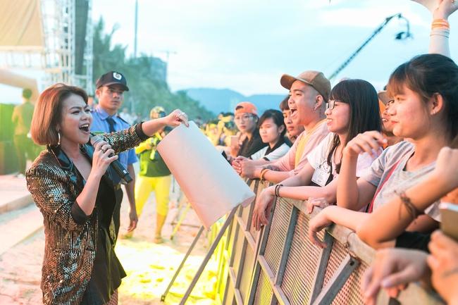 Hải Yến Idol mướt mồ hôi, quậy tưng cùng hàng ngàn sinh viên - Ảnh 7.