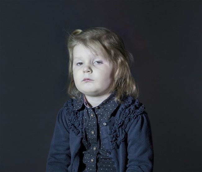 Những tác hại không tưởng khi cho bé dùng các thiết bị điện tử - Ảnh 2.