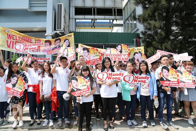 Người hâm mộ chịu đựng cái nóng như thiêu đốt để chào đón 3 ngôi sao TVB - Ảnh 1.