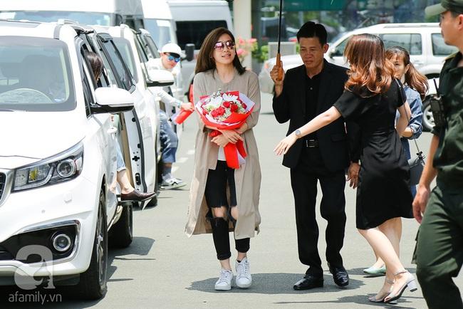 Người hâm mộ chịu đựng cái nóng như thiêu đốt để chào đón 3 ngôi sao TVB - Ảnh 6.