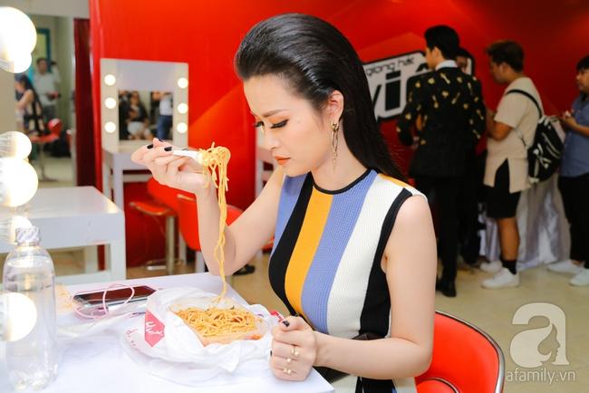 Thu Minh, Đông Nhi ăn chống đói ngay hậu trường ghi hình The Voice - Ảnh 9.