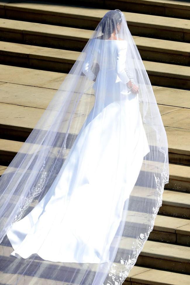 Hơn 4 tháng sau đám cưới, Meghan tiết lộ bí mật giấu bên trong chiếc váy cưới hơn 6 tỷ đồng khiến người hâm mộ lịm tim đòi học theo - Ảnh 4.