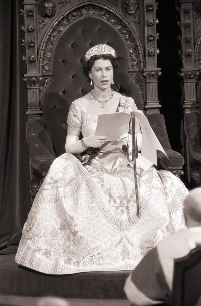 Hơn 4 tháng sau đám cưới, Meghan tiết lộ bí mật giấu bên trong chiếc váy cưới hơn 6 tỷ đồng khiến người hâm mộ lịm tim đòi học theo - Ảnh 5.