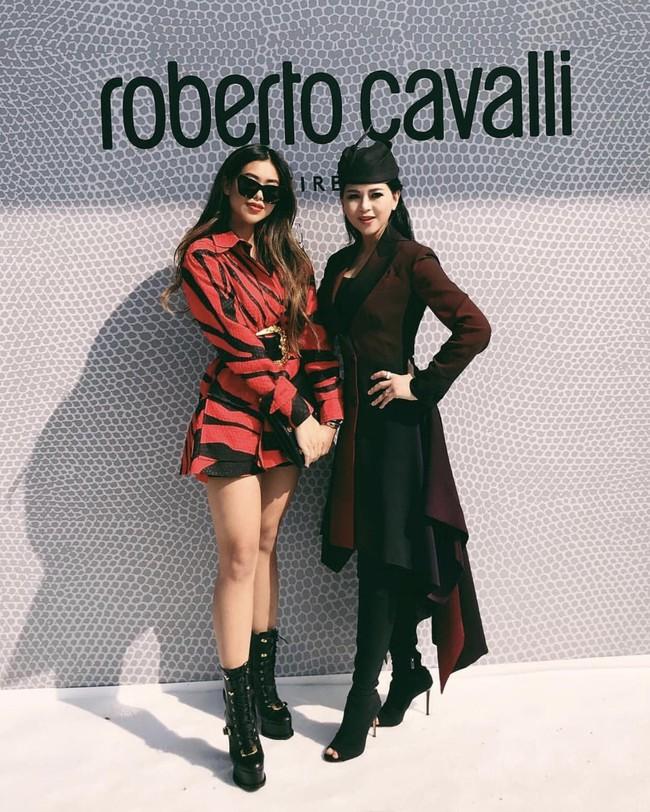 Trong khi Hà Tăng ở nhà giản dị thì mẹ chồng và em chồng lại lên đồ thời thượng, xa xỉ tại Milan fashion week - Ảnh 3.