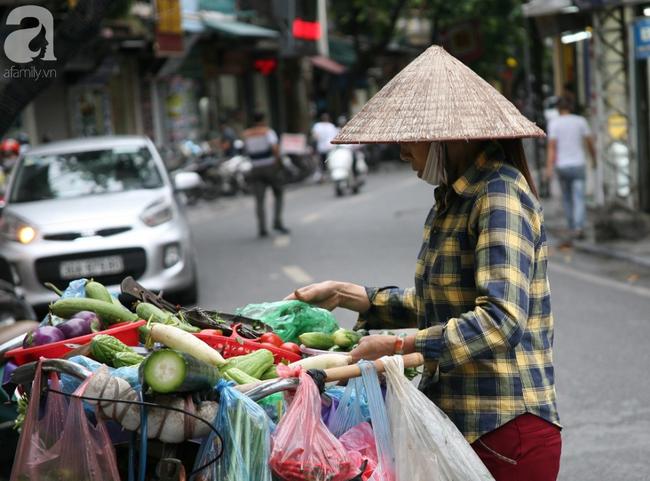 Hà Nội gió lạnh về, người dân vội vã kéo đi mua đồ mùa đông chống rét - Ảnh 8.