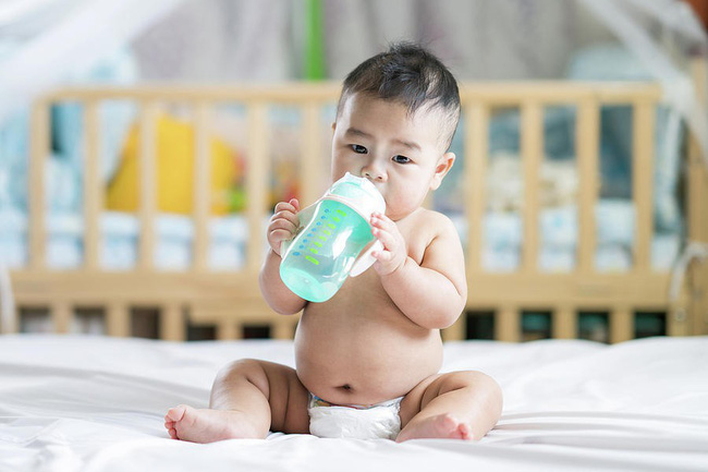 Cảnh báo: Với trẻ sơ sinh, chỉ cho uống 1 ngụm nước cũng có thể nguy hiểm tới tính mạng! - Ảnh 4.
