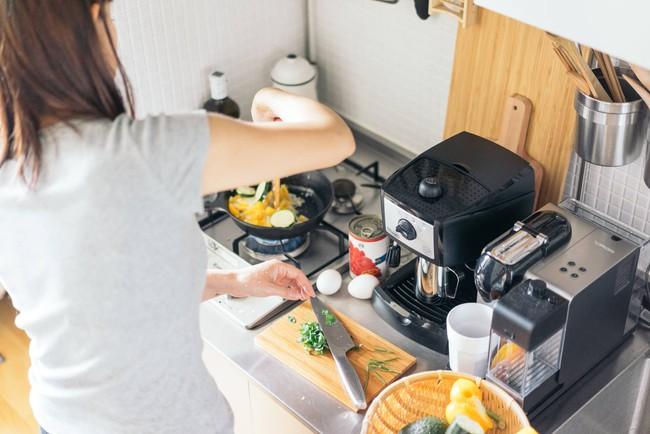 Bí mật bất kỳ ai cũng nên biết để sắp xếp căn bếp nhỏ gọn như bà nội trợ Nhật - Ảnh 1.
