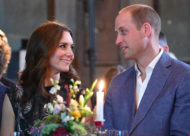 Khoảnh khắc ngọt ngào của 4 cặp đôi nổi tiếng nhất hoàng gia Anh: Hiếm khi thể hiện nhưng vẫn làm công chúng ghen tị - Ảnh 17.