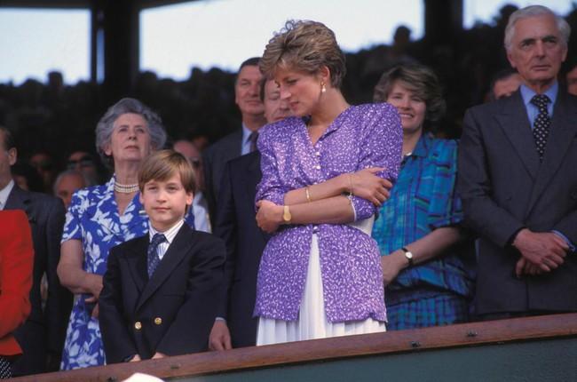 Hé lộ nguyên do thực sự khiến Công nương Diana thường cúi đầu, nhìn xuống dưới khi xuất hiện trước công chúng - Ảnh 3.