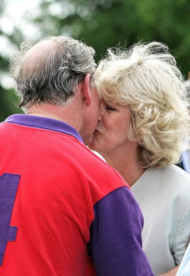 Khoảnh khắc ngọt ngào của 4 cặp đôi nổi tiếng nhất hoàng gia Anh: Hiếm khi thể hiện nhưng vẫn làm công chúng ghen tị - Ảnh 11.
