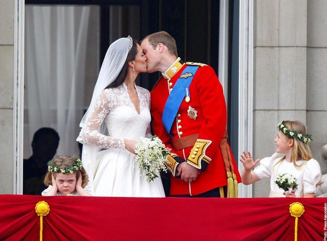 Khoảnh khắc ngọt ngào của 4 cặp đôi nổi tiếng nhất hoàng gia Anh: Hiếm khi thể hiện nhưng vẫn làm công chúng ghen tị - Ảnh 13.