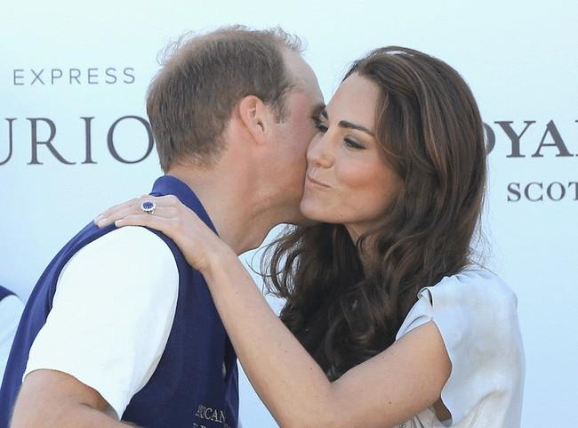 Khoảnh khắc ngọt ngào của 4 cặp đôi nổi tiếng nhất hoàng gia Anh: Hiếm khi thể hiện nhưng vẫn làm công chúng ghen tị - Ảnh 15.