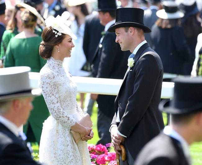 Khoảnh khắc ngọt ngào của 4 cặp đôi nổi tiếng nhất hoàng gia Anh: Hiếm khi thể hiện nhưng vẫn làm công chúng ghen tị - Ảnh 16.
