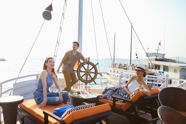 Hồ Ngọc Hà cùng Cindy Bishop thích thú trải nghiệm vẻ đẹp Hạ Long bằng du thuyền sang chảnh - Ảnh 1.