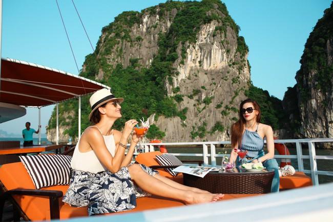 Hồ Ngọc Hà khoe dáng bên siêu mẫu Thái Lan trên du thuyền sang chảnh - Ảnh 1.