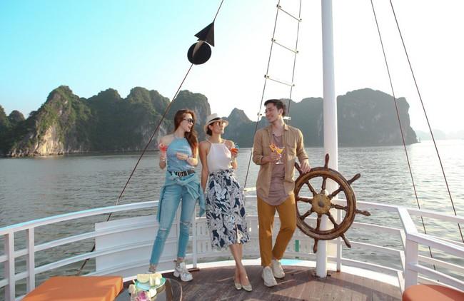 Hồ Ngọc Hà khoe dáng bên siêu mẫu Thái Lan trên du thuyền sang chảnh - Ảnh 2.