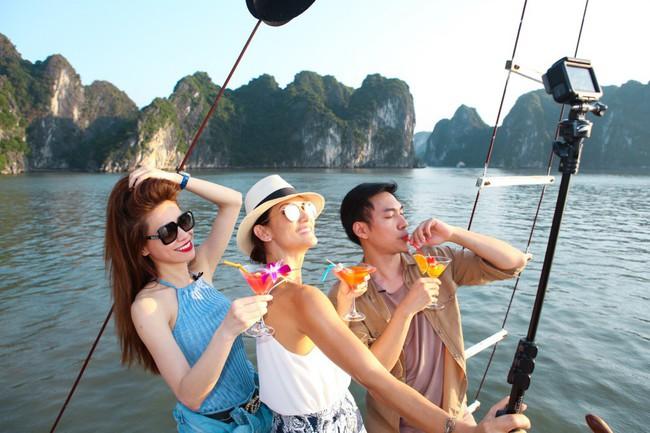 Hồ Ngọc Hà khoe dáng bên siêu mẫu Thái Lan trên du thuyền sang chảnh - Ảnh 3.