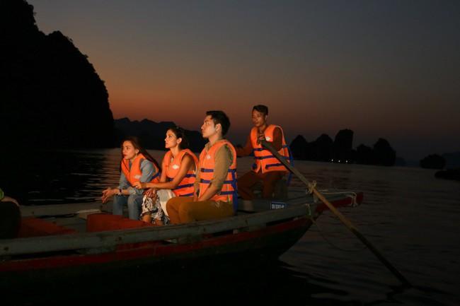 Hồ Ngọc Hà khoe dáng bên siêu mẫu Thái Lan trên du thuyền sang chảnh - Ảnh 9.
