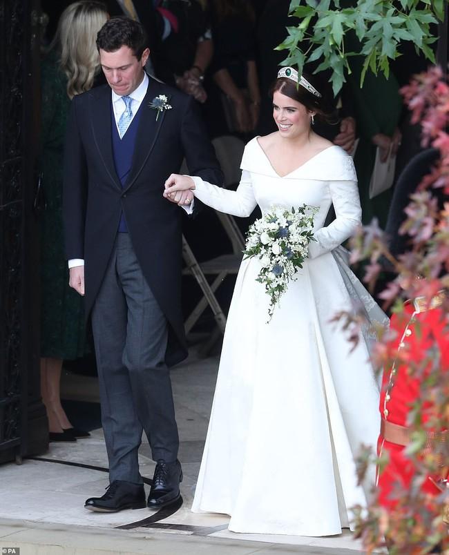 Không chỉ hở bạo, váy cưới của cháu gái Nữ hoàng Anh còn có điểm đặc biệt này khác xa Meghan Markle và Kate Middleton - Ảnh 1.