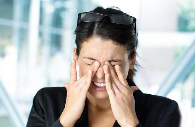 2 cô gái Trung Quốc suýt bị mù mắt vì làm một việc mà giới trẻ hầu như ai cũng làm vào mỗi tối - Ảnh 2.