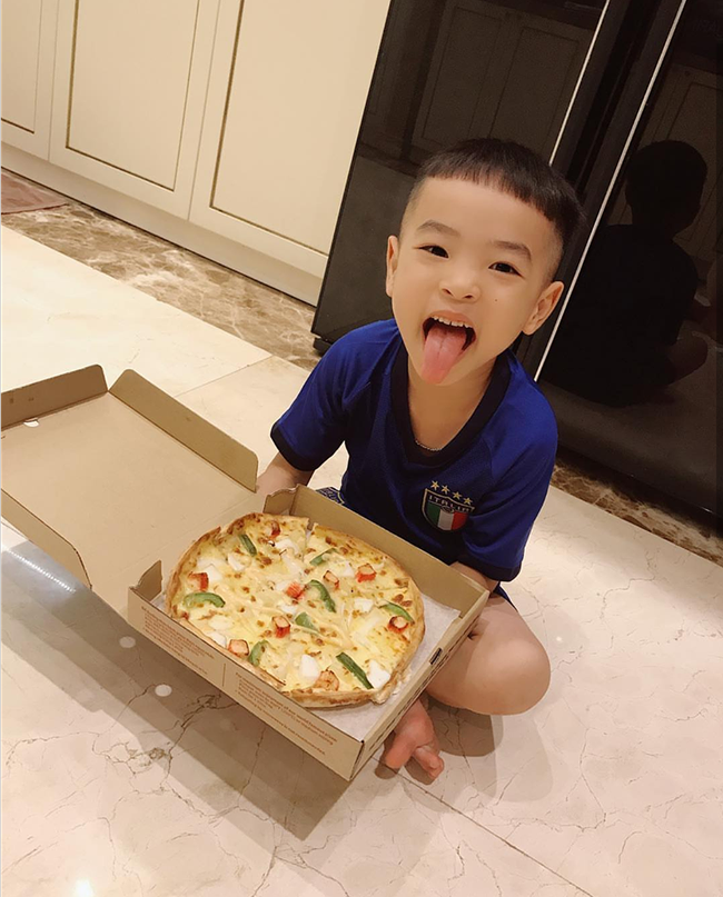 Sang Mỹ chữa bệnh nhưng Phạm Hương liên tục đăng ảnh về một cậu bé bí ẩn  - Ảnh 2.