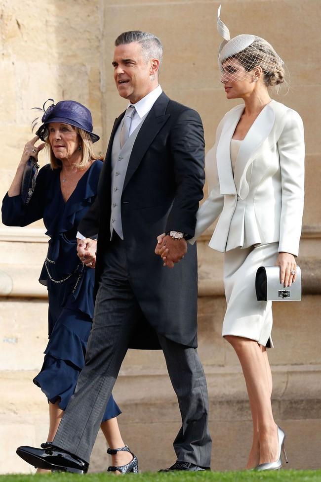 Đám cưới Công chúa Eugenie: Cara Delevingne chơi trội diện đồ nam, làm lu mờ cả Công nương Kate và Meghan - Ảnh 13.