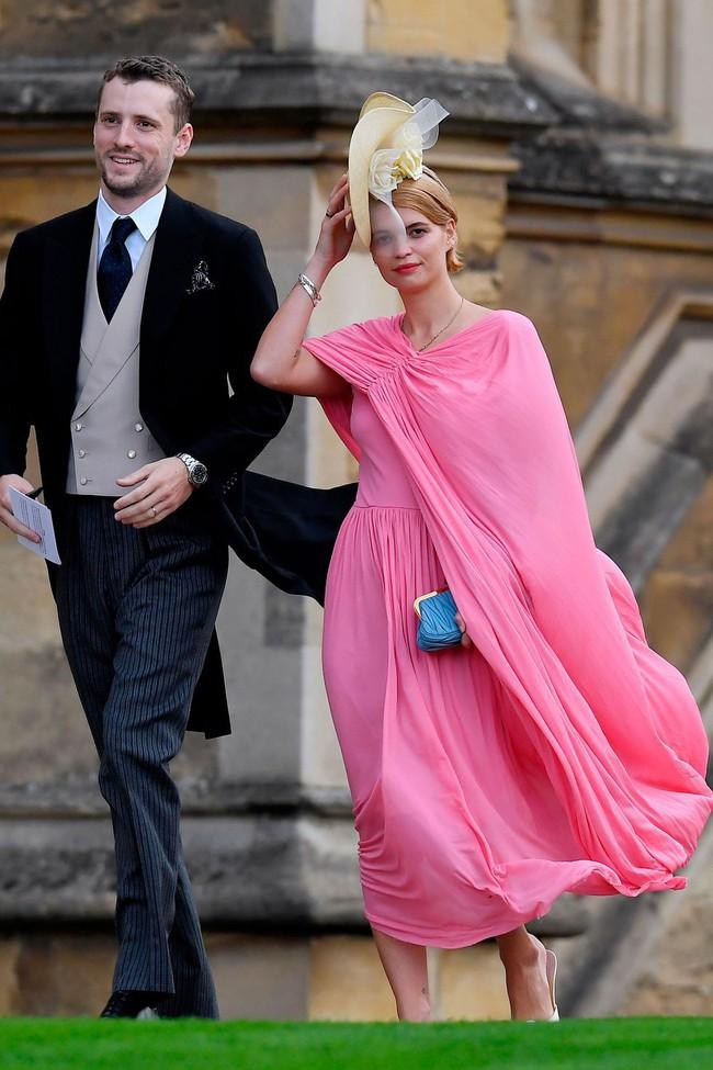 Đám cưới Công chúa Eugenie: Cara Delevingne chơi trội diện đồ nam, làm lu mờ cả Công nương Kate và Meghan - Ảnh 15.
