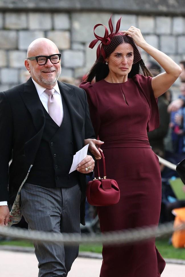 Đám cưới Công chúa Eugenie: Cara Delevingne chơi trội diện đồ nam, làm lu mờ cả Công nương Kate và Meghan - Ảnh 9.