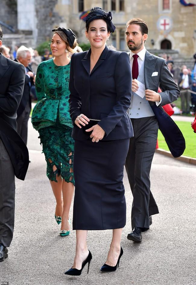 Đám cưới Công chúa Eugenie: Cara Delevingne chơi trội diện đồ nam, làm lu mờ cả Công nương Kate và Meghan - Ảnh 10.