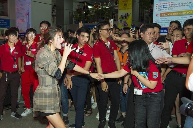Văn Mai Hương khẳng định chỉ thoa son môi để mặt mộc lên sân khấu - Ảnh 3.
