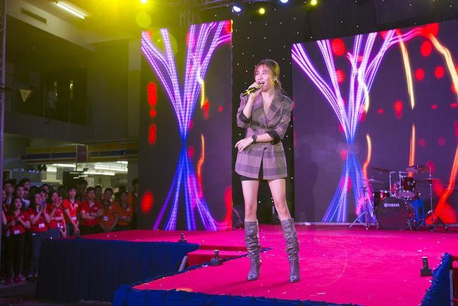 Văn Mai Hương khẳng định chỉ thoa son môi để mặt mộc lên sân khấu - Ảnh 2.