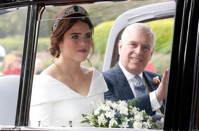 Không chỉ hở bạo, váy cưới của cháu gái Nữ hoàng Anh còn có điểm đặc biệt này khác xa Meghan Markle và Kate Middleton - Ảnh 12.