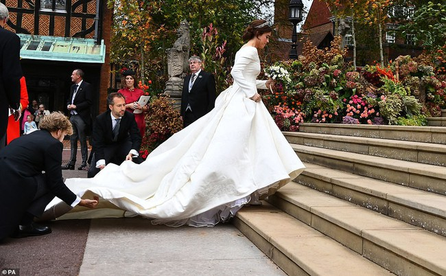 Không chỉ hở bạo, váy cưới của cháu gái Nữ hoàng Anh còn có điểm đặc biệt này khác xa Meghan Markle và Kate Middleton - Ảnh 5.