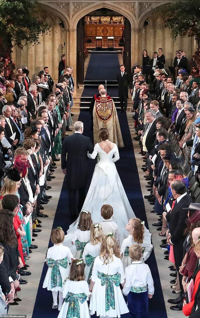 Không chỉ hở bạo, váy cưới của cháu gái Nữ hoàng Anh còn có điểm đặc biệt này khác xa Meghan Markle và Kate Middleton - Ảnh 6.